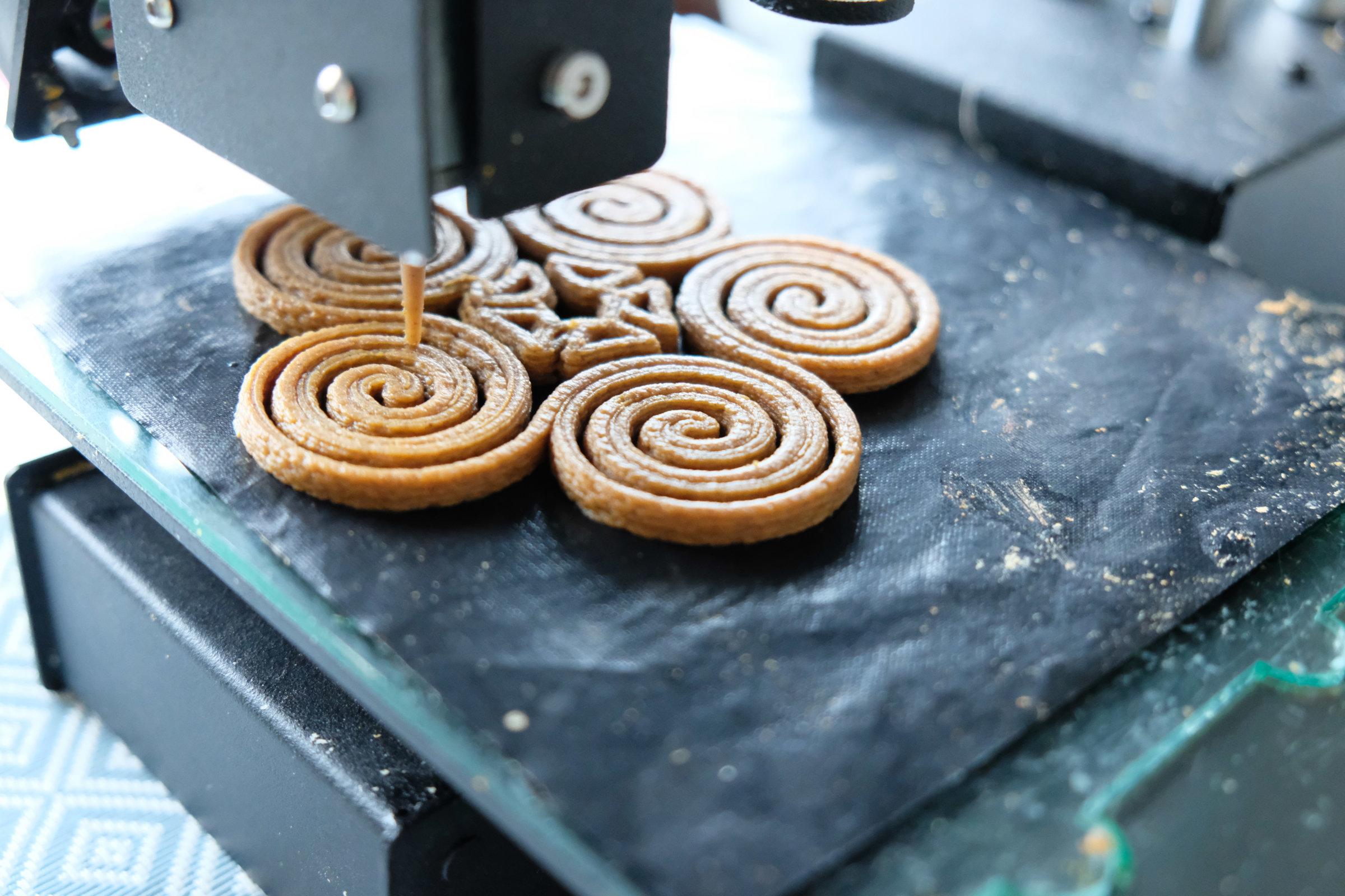 Voor het 3D printen van eetbare designs werkt Upprinting Food met een zetmeelrijke pasta volgens eigen recept