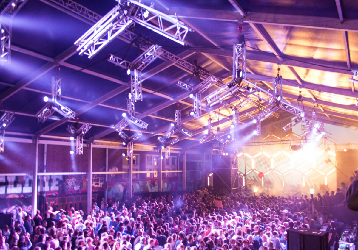 Het Amsterdamse festival DGTL maakt enorme indruk met geweldige shows, maar ook met hun innovatieve en duurzame aanpak van het event. Van stage design tot facilities en vegan catering.