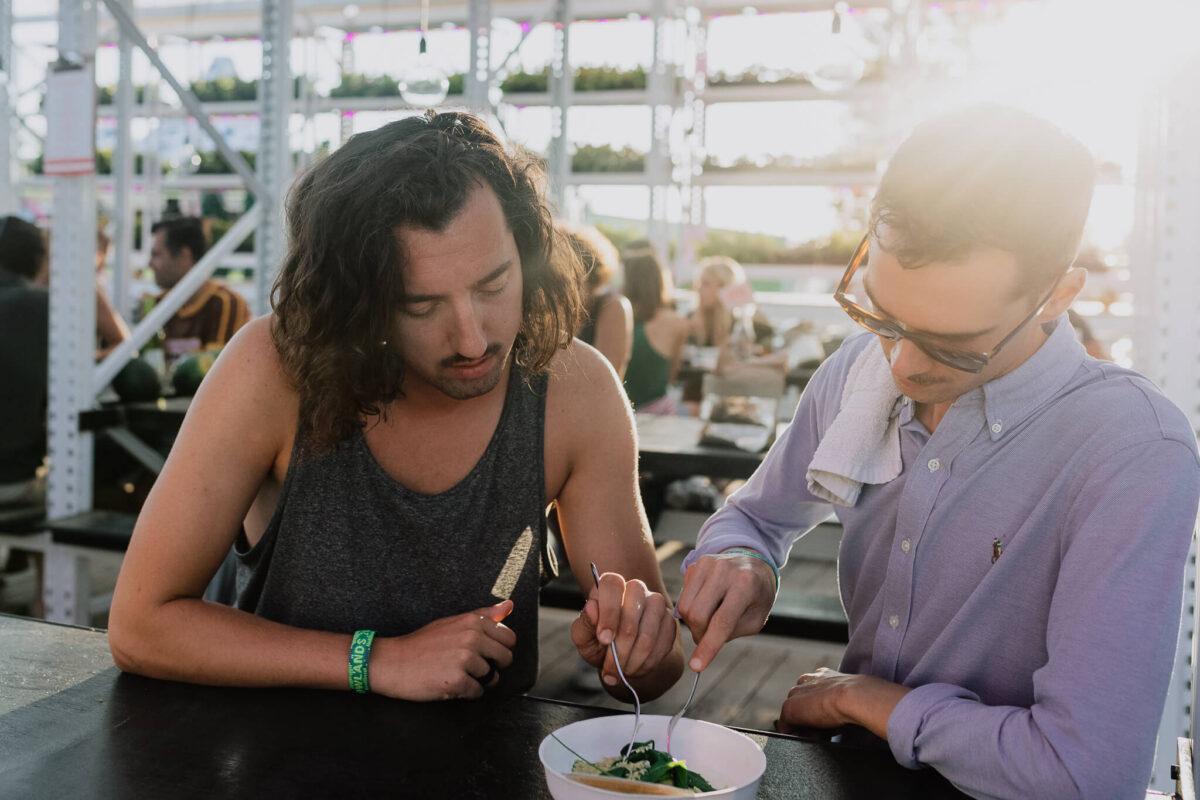 Genieten van circulair geproduceerd eten en drinken eventcatering tijdens een festival