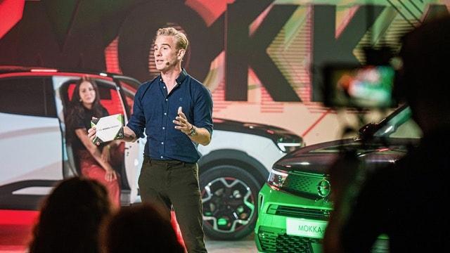 Art Rooijakkers die presentatie geeft tijdens hybride event van Opel door Louder