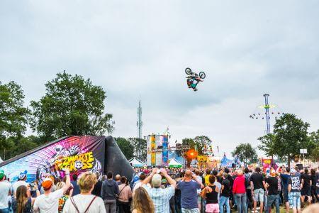 Zwarte Cross nodigt bezoekers uit onderdeel te zijn van deze motorcrossstunt