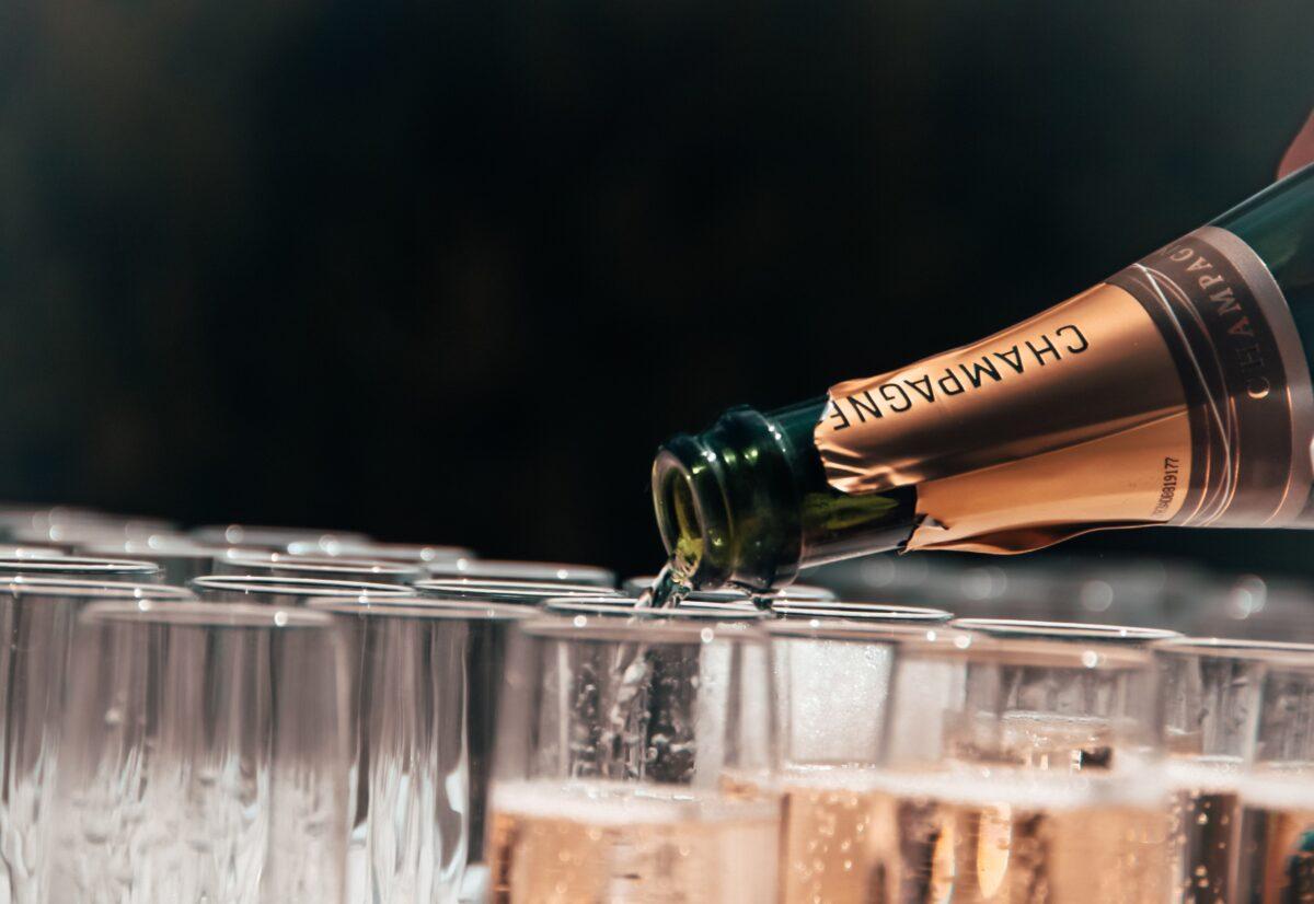 fundraising events gebruiken o.a. grote flessen champagne om mensen te laten doneren