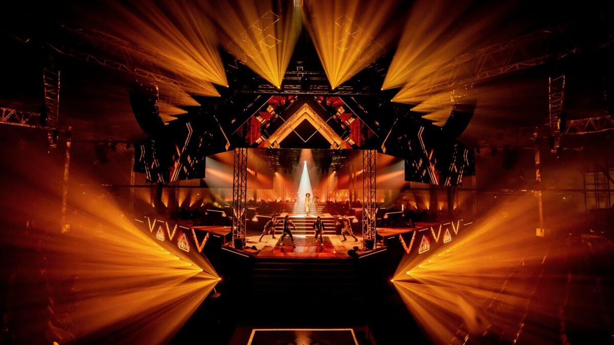 Event Live Legends met danser op een podium in oranje uitgelicht (foto-Nico Alsemgeest)