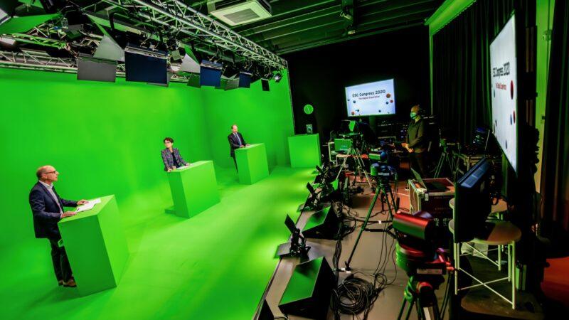 Regie en 3 mensen voor greenscreen tijdens online event (foto - Nico Alsemgeest)