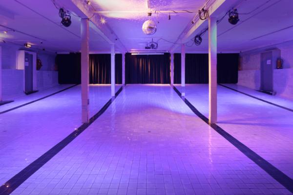 Gespot: Vergaderen op de bodem van een zwembad