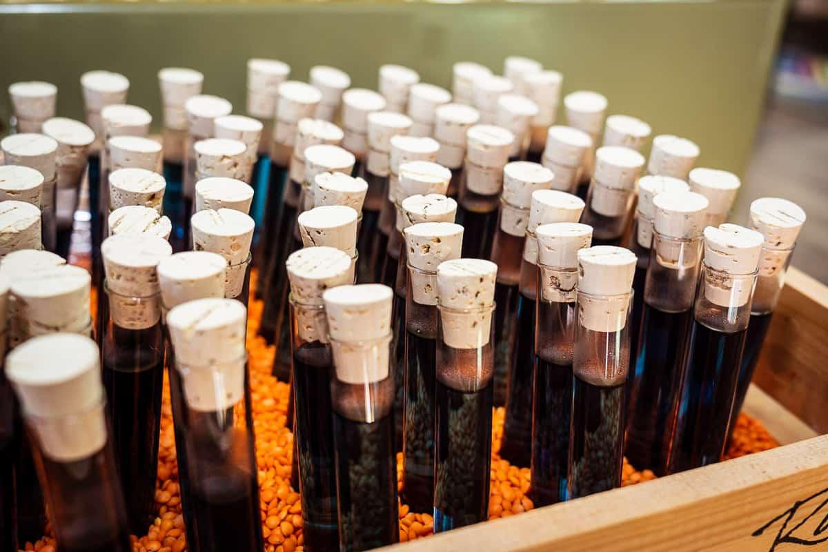 Reageerbuisjes met drank (foto: © Tycho Müller | Tycho's Eye Photo)