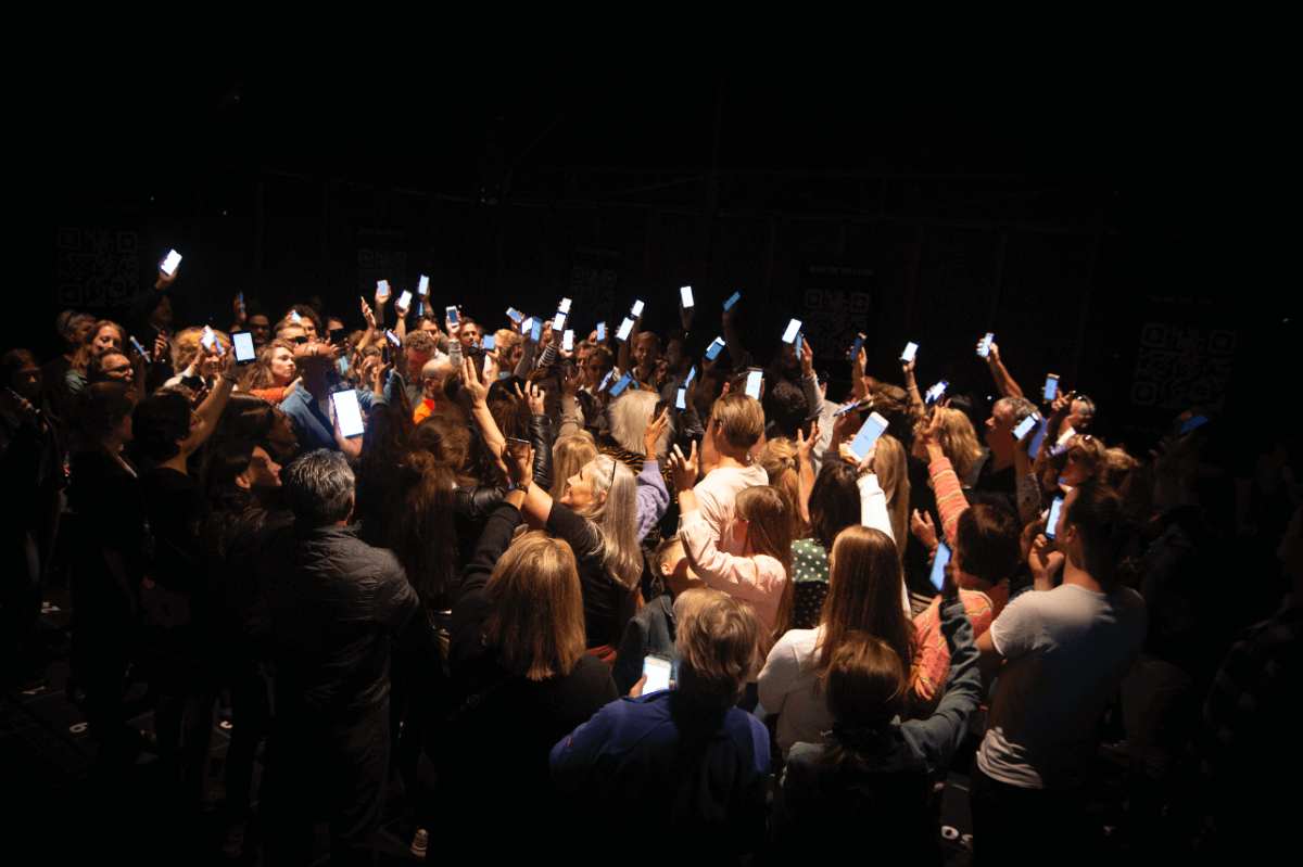 The Social Sorting Experiment is een nieuwe theatershow waarin de gasten elkaar beoordelen met hun smartphones.