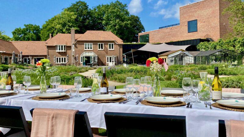 Gedekte tafel in tuin van Singer Laren