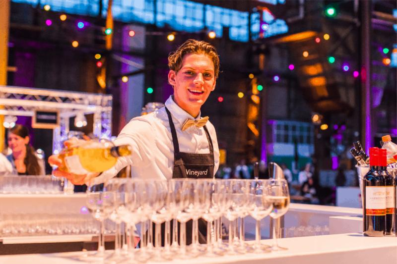 Foto werknemer met wijn - vinyard catering - horeca