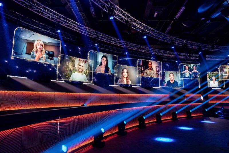 Studio 21 tijdens Eurovision songfestival met deelnemers op het scherm