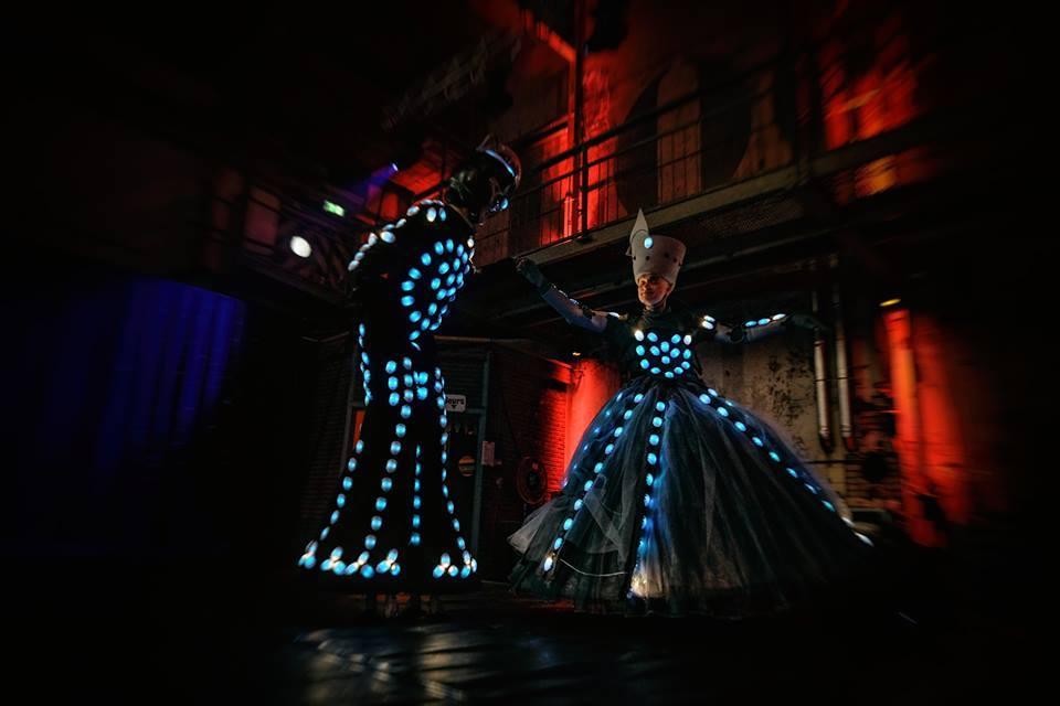 straatartiest - verlichte jurk - act