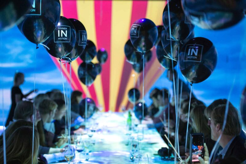 Dinner in motion - scherm - diner - ballonnen