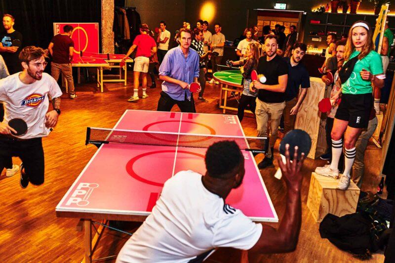Een oldschool tafeltennis toernooi met collega_s en festivalbezoekers dankzij pop-up pingpong