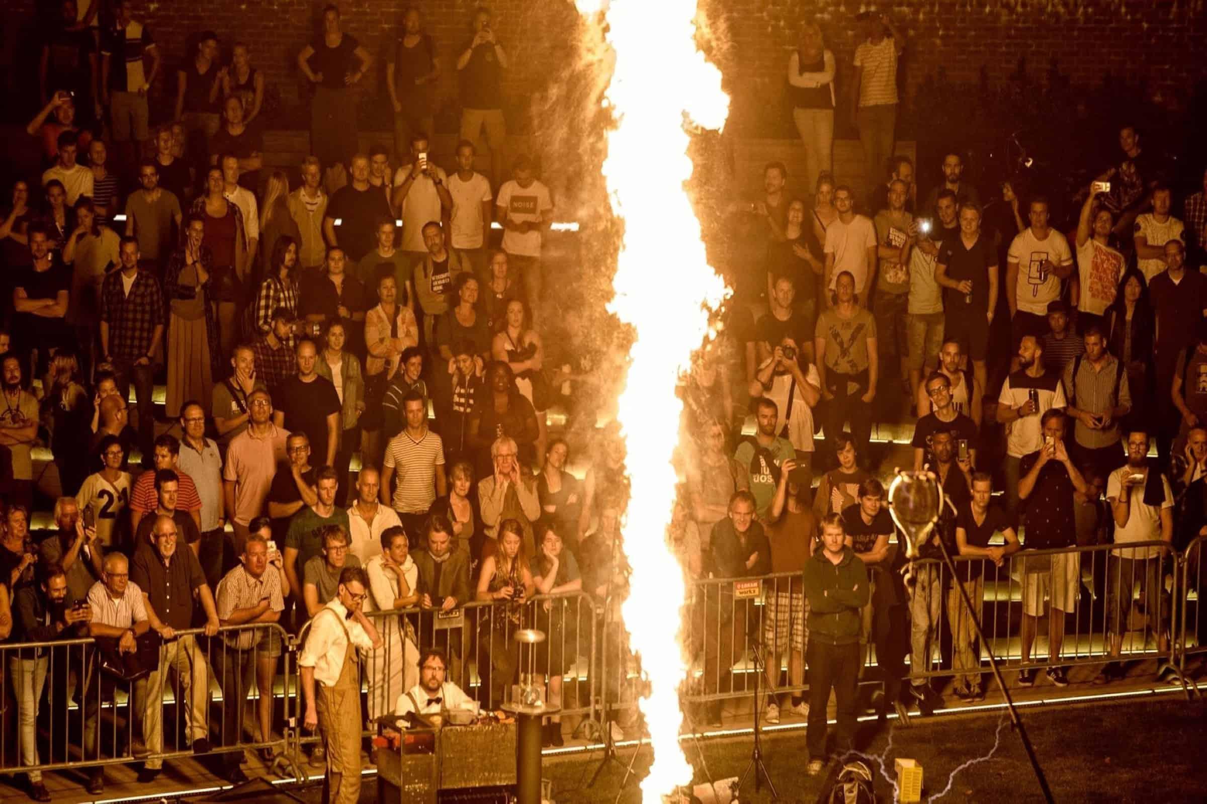 Gogbot_Vulcan - publiek - The Symphony of Fire - gespot - muziek - installatie - vuur - bliksem - melodie - kunst