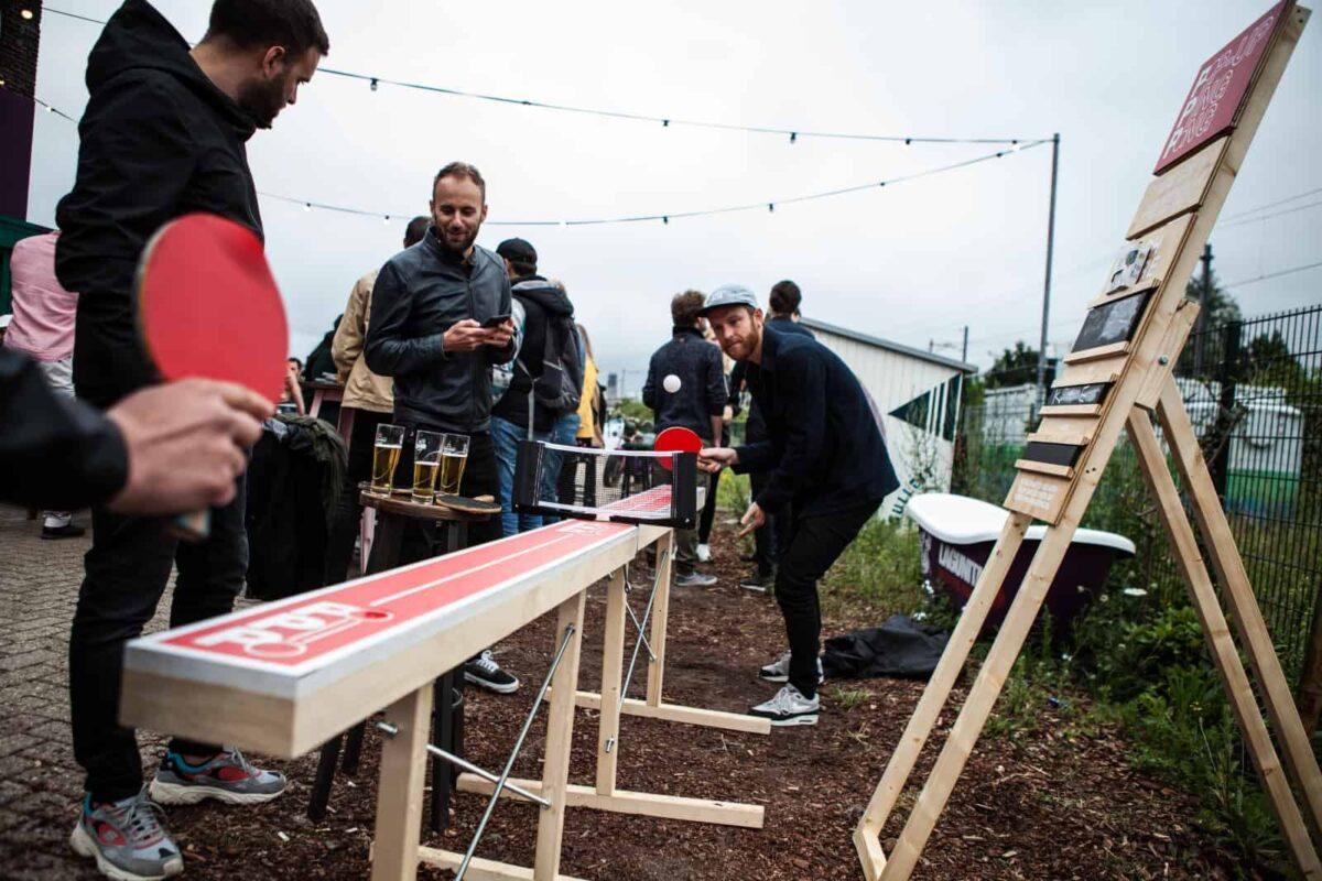 Speel een uitdagend potje tafeltennis met deze bijzonder smalle tafeltennistafel van pop-up pingpong