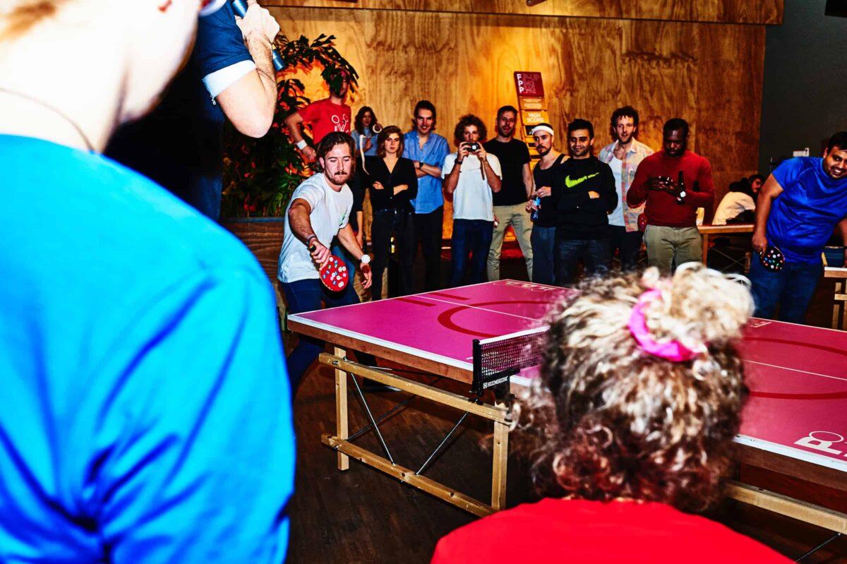 spot de beste tafeltennis spelers op een toernooi dankzij de stickers op hun batjes en daag ze uit tijdens pop-up pingpong