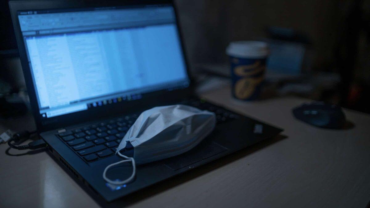 Coronavirus - laptop - mondkapje - maatregelen - annulering - evenementenbranche
