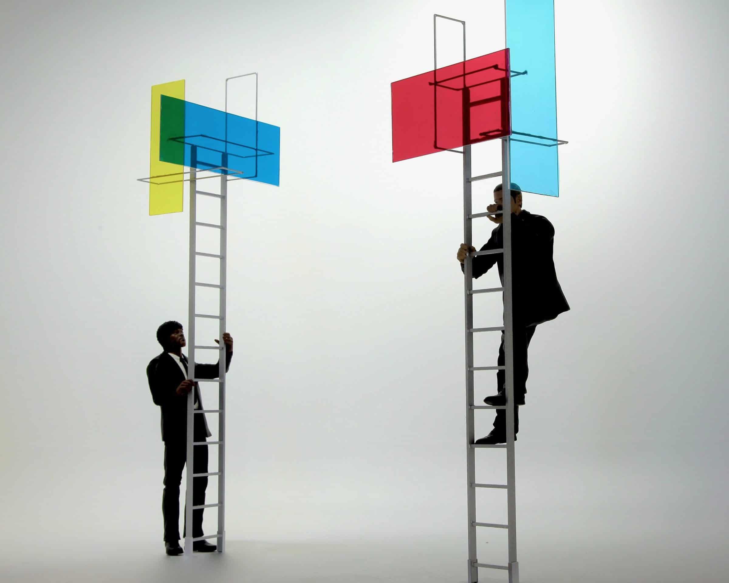 Mannen op trap - gekleurde schermen - Aldo Brinkhoff