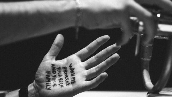 Corona - handen wassen - tekst op hand - protocollen