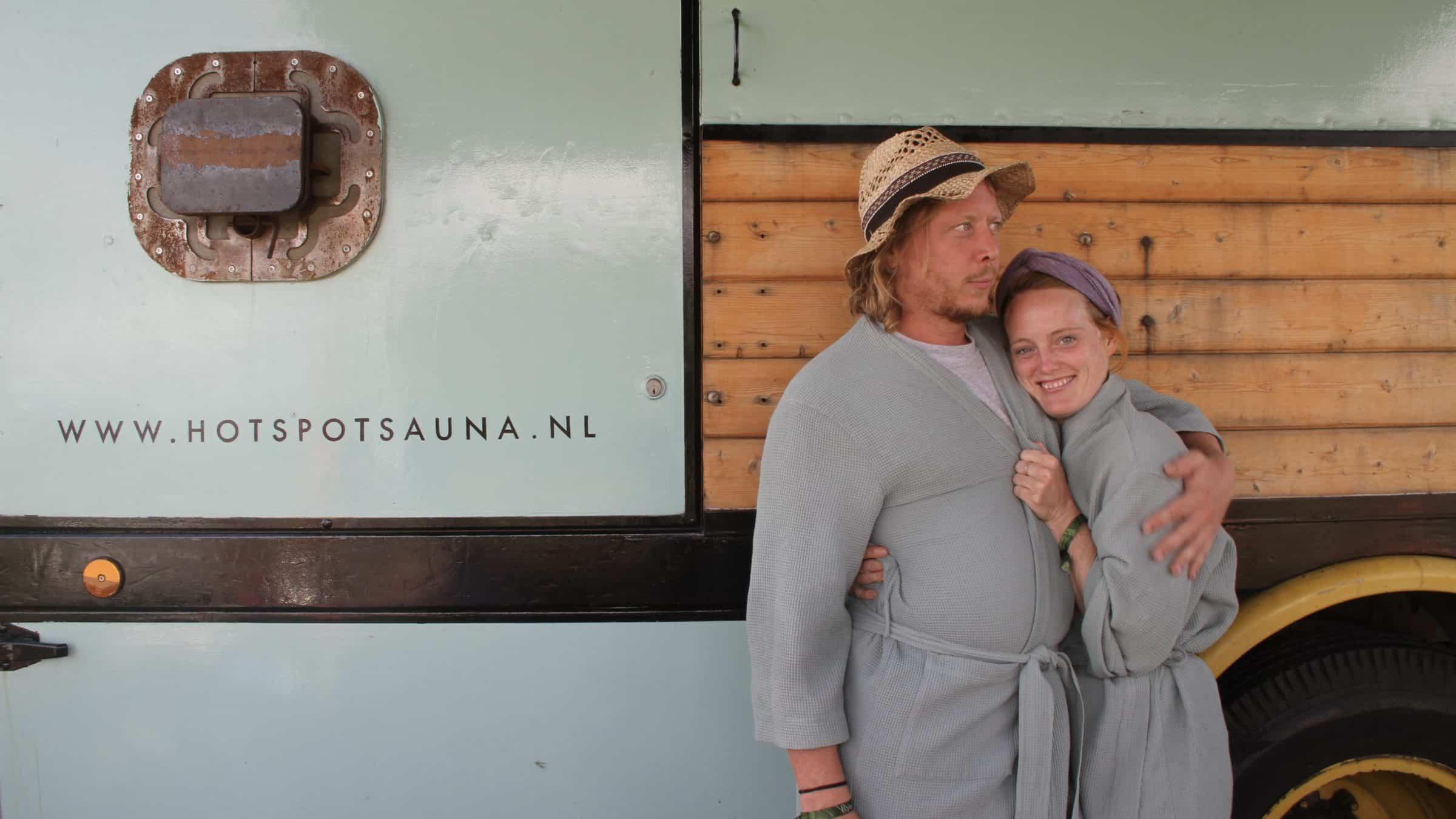 Hotspot - mobiele sauna - truck - mensen in badjas