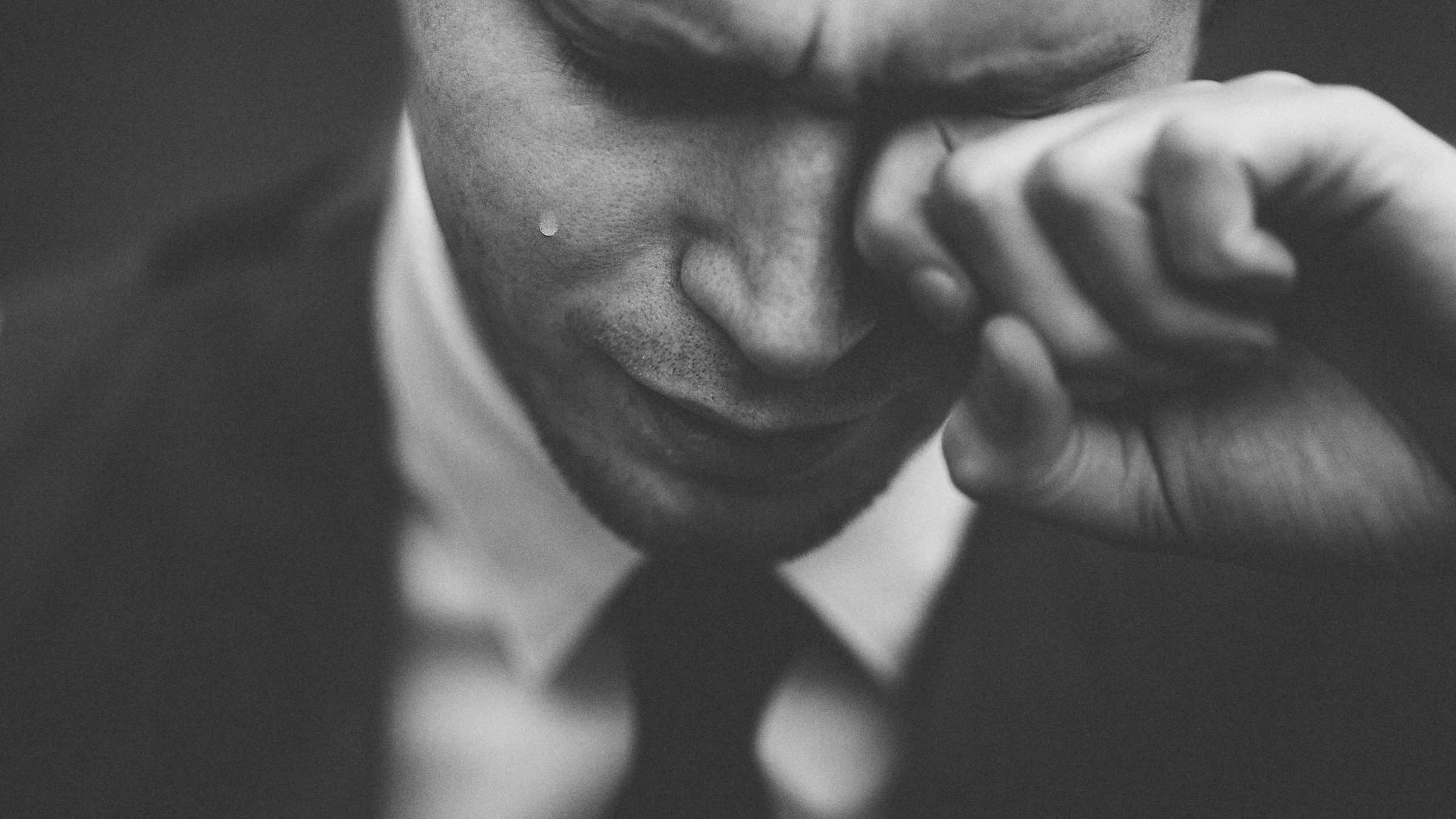 Huilende man - reclames om te huilen - creativiteit - coronatijd