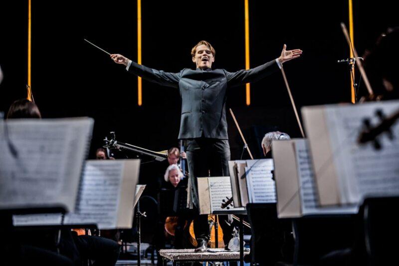 Dirigent tijdens optreden bij RTM Stage Ahoy
