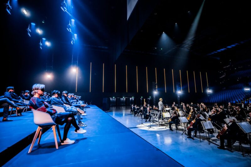 Publiek met blinddoeken op anderhalve meter afstand bij concert orkest RTM stage Ahoy