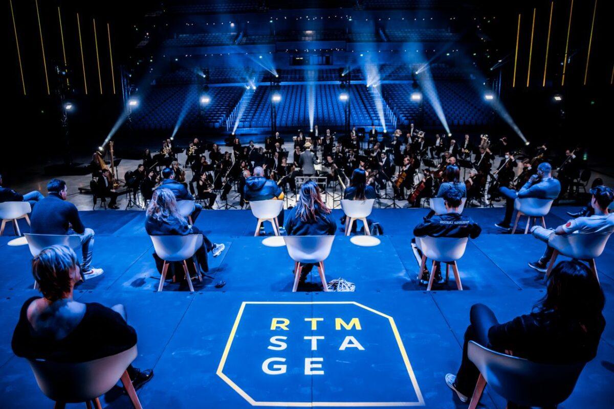 RTM Stage Ahoy publiek op podium op stoelen coronaproof tijdens concert