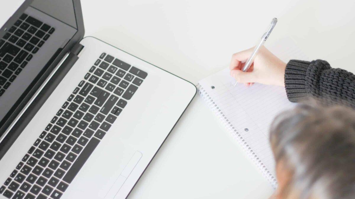 Virtual event - online event - spreker - dagvoorzitter - scherm - laptop