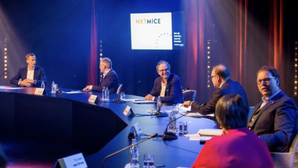 NXTMICE - event - hybride event - online event - MICE - coronaproof - Postillion Hotels - wayfinding - 1,5 meter - ronde tafel gesprek