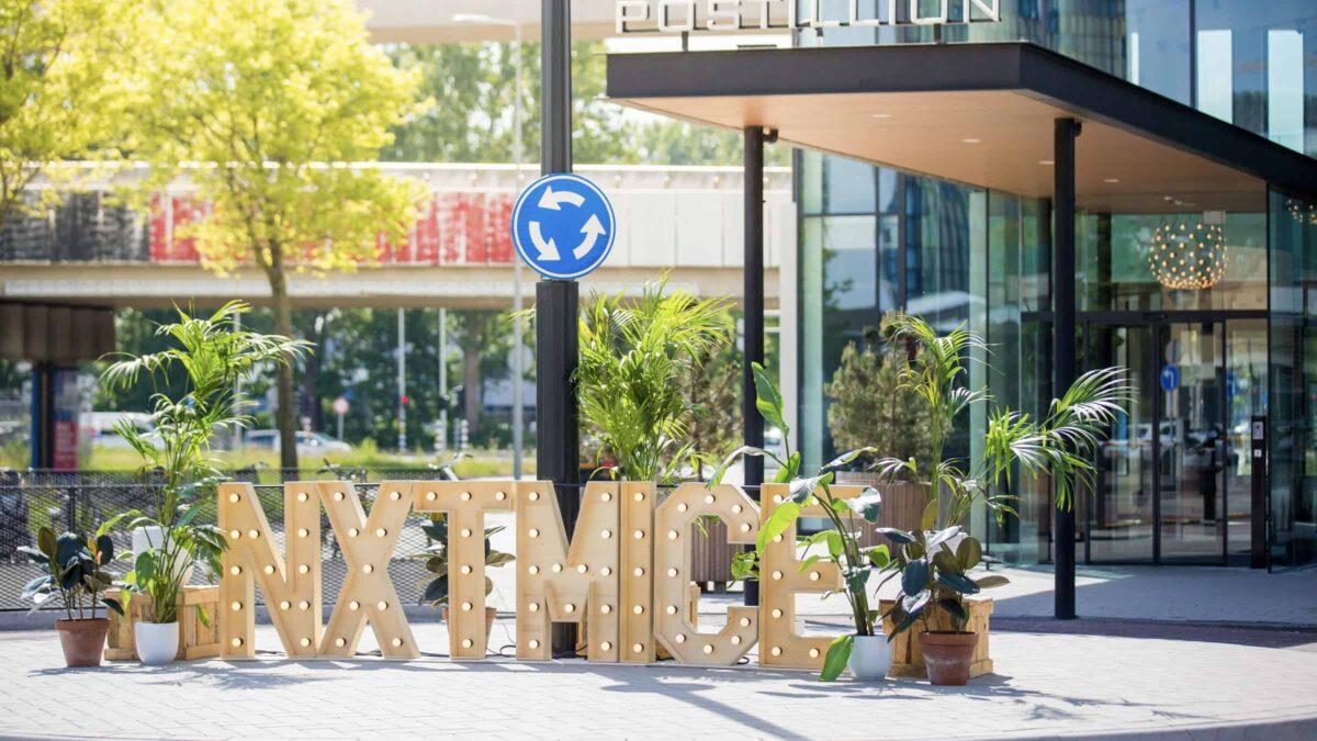 NXTMICE - event - hybride event - online event - MICE - coronaproof - Postillion Hotels - wayfinding - 1,5 meter - entree