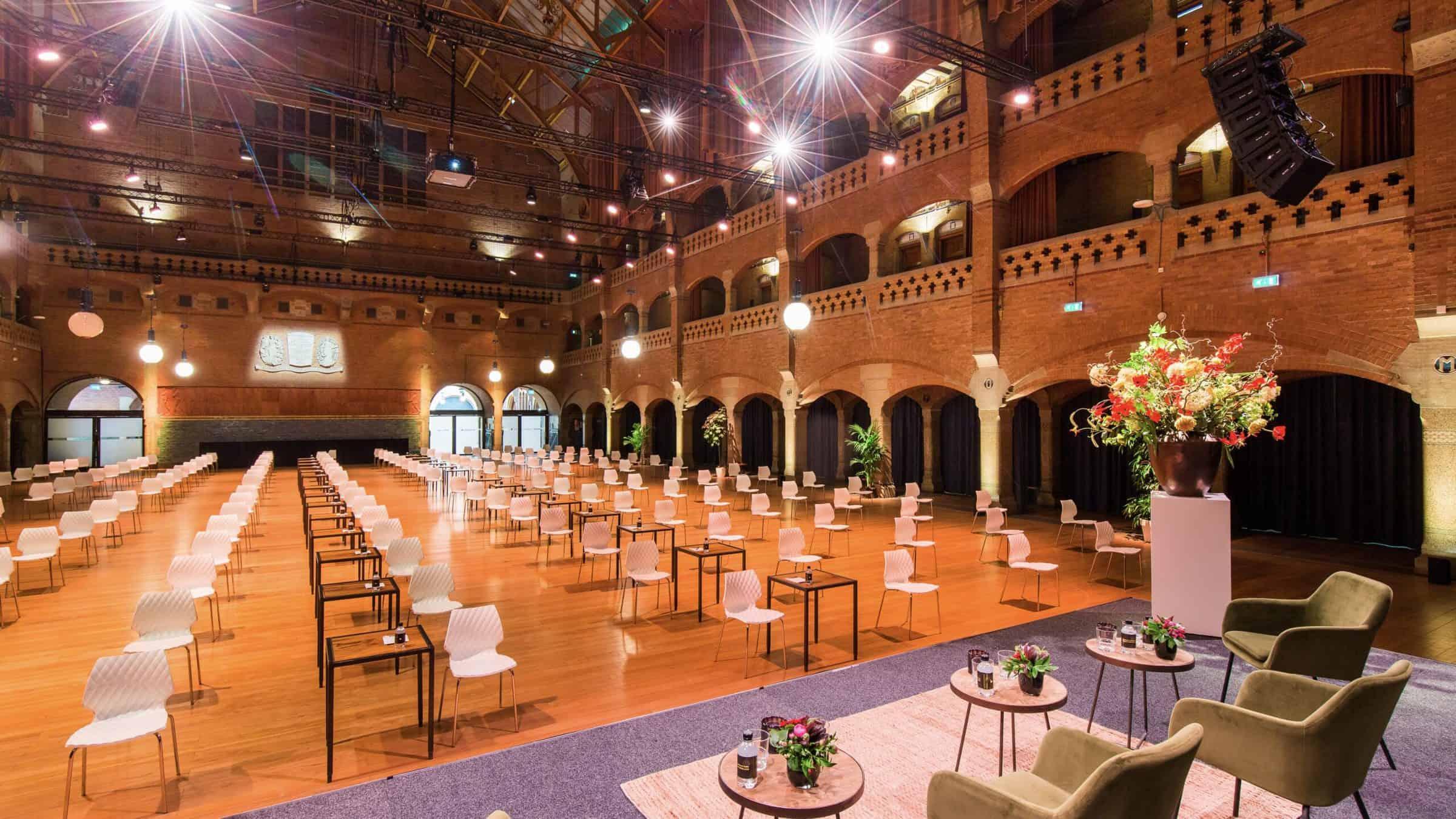 Beurs van Berlage grote zaal die coronaproof is ingericht voor een congres