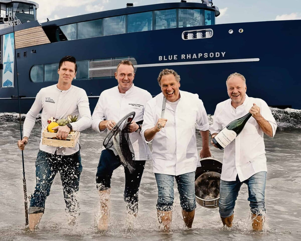 Event Inspiration - Chefs Table On Board crew chefkoks in het water voor het schip de Blue Raphsody