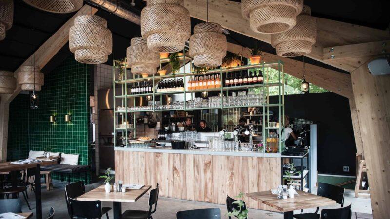 Event Inspiration - Buiten in de kuil houten bar in het restaurant met rotan lampen
