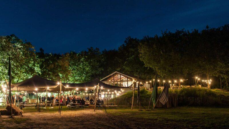 Event Inspiration - Buiten in de kuil in de avond met sfeerverlichting onder een stretchtent