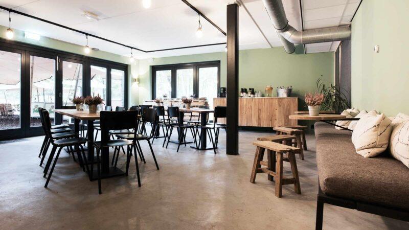 Event Inspiration - Buiten in de kuil restaurant binnen met tafels voor 10 personen