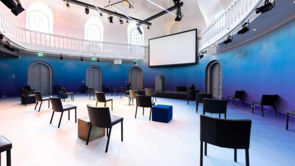 Event Inspiration - Coronaproof opstelling voor hybride events in blauwe zaal met balkon bij Amerpodia (foto @LJM_LennertAntonissen)
