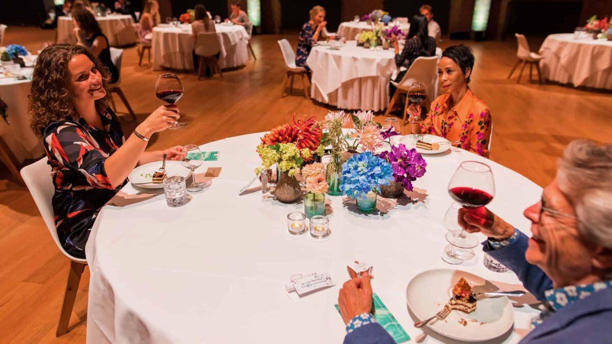 Event Inspiration - Coronaproof diner met meerdere tafels in een grote zaal met 3 mensen per tafel bij de Beurs van Berlage