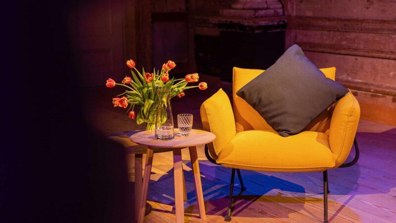 Event Inspiration - Gele stoel met zwart kussen en een tafeltje met rode tulpen (foto - LJM_LennertAntonissen)