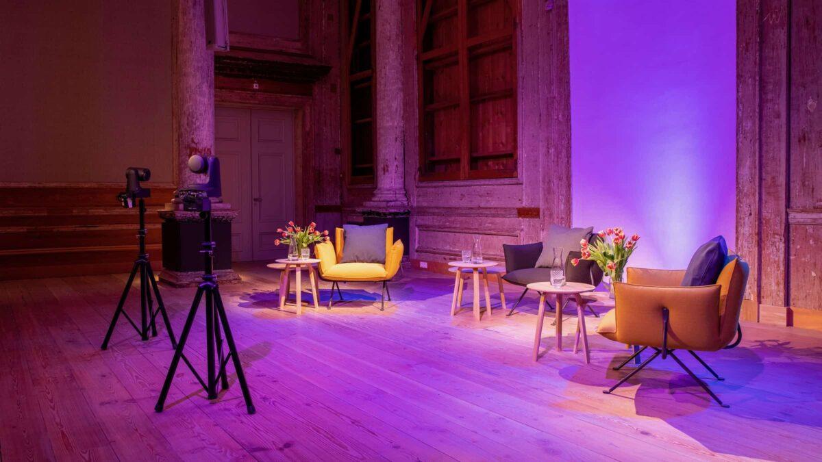 Event Inspiration - Opstelling met drie stoelen op coronaproof afstand voor een congres of online event met roze uitlichting(Foto-LJM_LennertAntonissen)