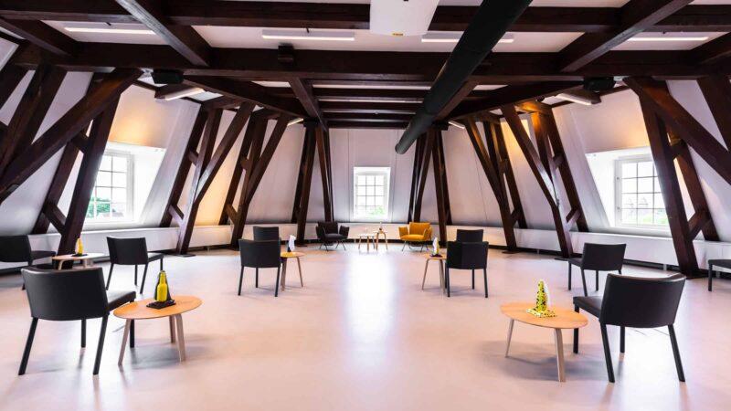 Event Inspiration - Witte zaal met zwarte balken en 11 stoelen uit elkaar bij Amerpodia(Foto-LJM_LennertAntonissen)