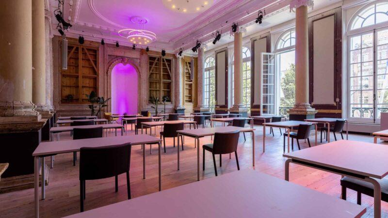 Event Inspiration - schoolopstelling tijdens event bij Amerpodia met 20 tafels met 1 stoel erachter (foto-LJM_LennertAntonissen)