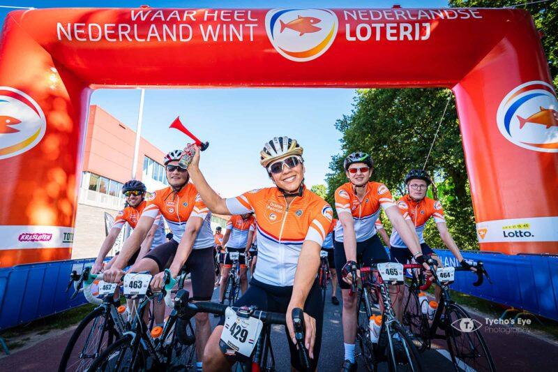 NK-wielrennen-5-fietsers-naast-elkaar-bij-de-finish