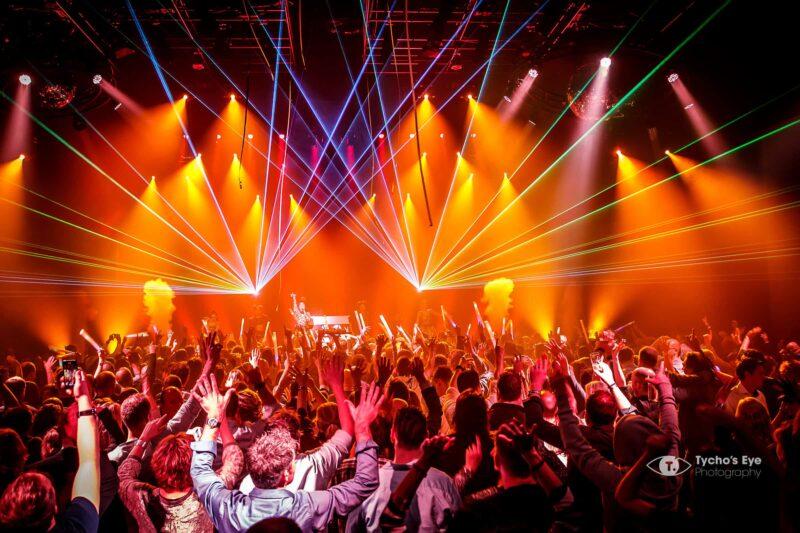 concert-mensen-met-handen-in-de-lucht-lasershow-zangeres