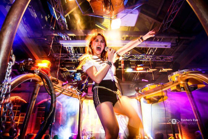 effectgroep-lomans-event-zangeres-met-microfoon-op-futoristisch-podium