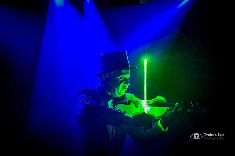 event-artiest-met-hoed-en-viool-lichtgevende-strijkstok