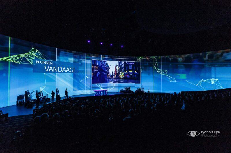 event-met-180-graden-podium-publiek-presentatie-congres