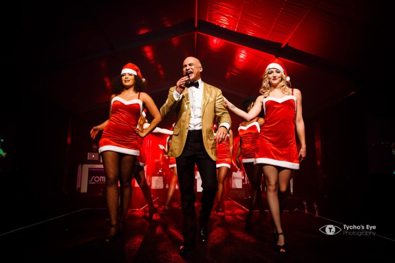 eventtoppers-kerstshow-zanger-met-twee-danseressen-in-kerstkleding