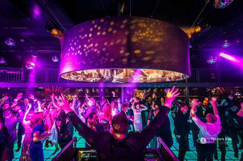 netflix event - dansvloer onder een grote lamp - mensen met handen in de lucht - dj