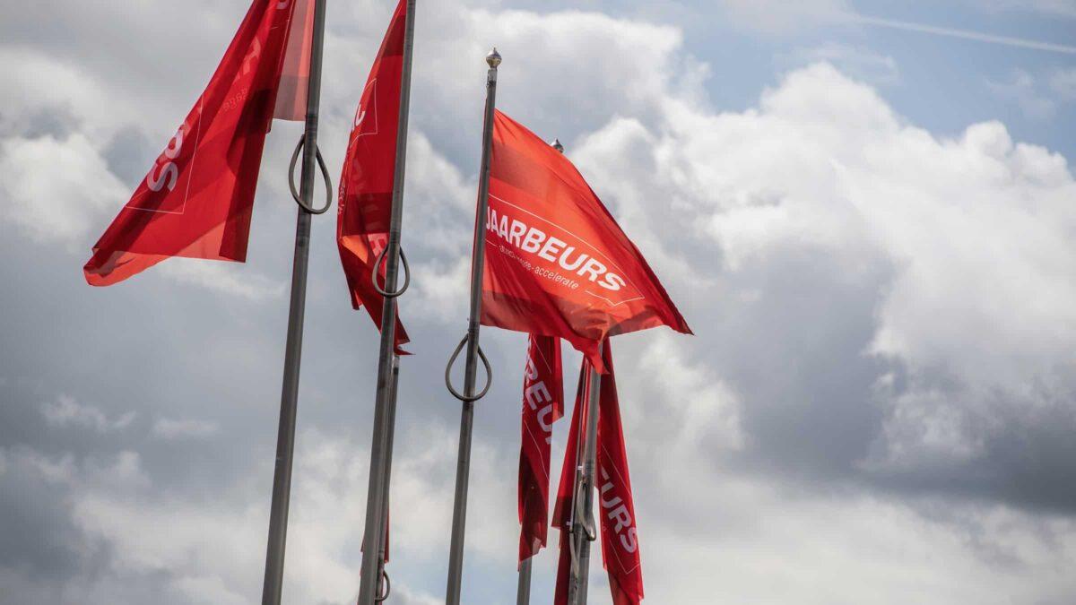 5 rode jaarbeurs vlaggen aan stok (Photo @ Robert Oosterbroek)